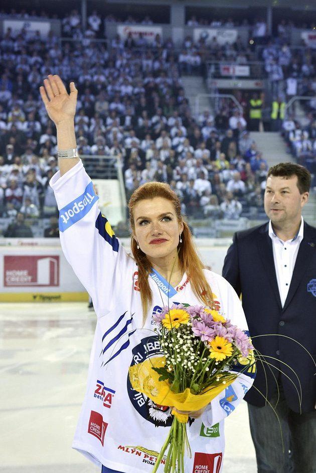 Čestný host pátého finále mezi Libercem a Spartou, vítězka SP biatlonistek Gabriela Soukalová, zdraví diváky.