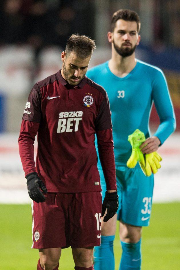 Zklamání fotbalistů Sparty po prohře v Jablonci. Vlevo Néstor Albiach, vzadu brankář Tomáš Koubek.