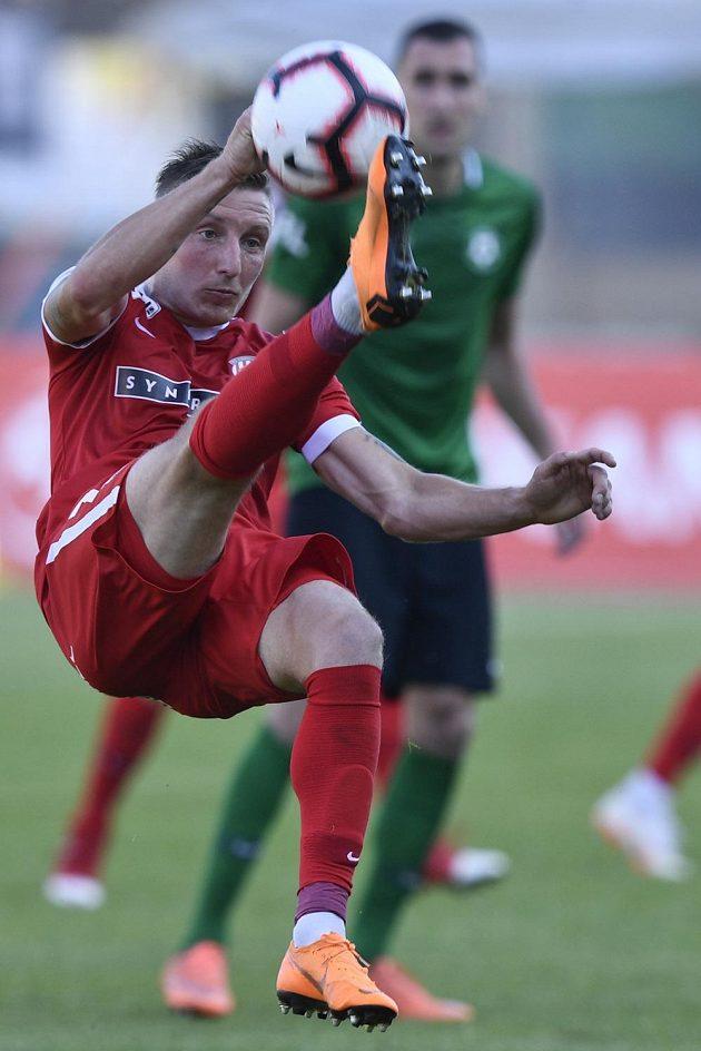 Ondřej Sukup ze Zbrojovky Brno v akci v odvetném utkání baráže o účast v první fotbalové lize.