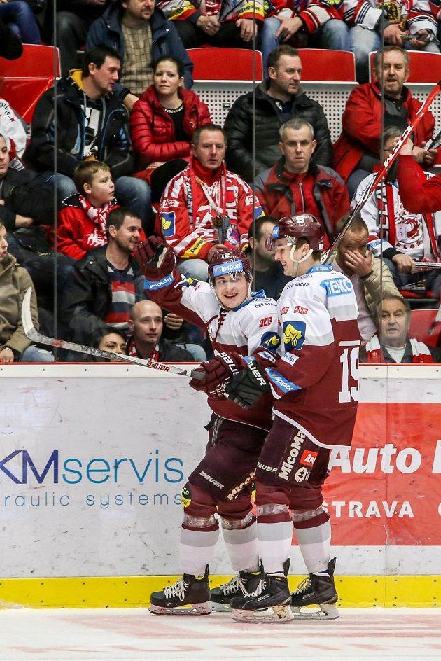 Sparťanský útočník Jiří Černoch (vlevo) slaví se spoluhráčem Jiřím Hozákem gól proti Třinci.