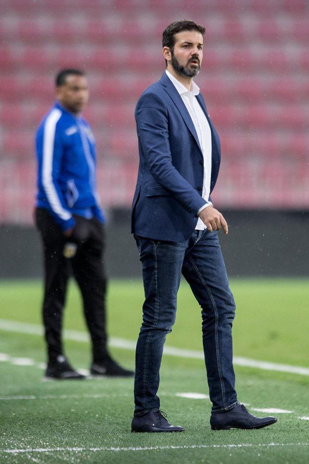 Trenér Sparty Praha Andrea Stramaccioni během utkání a Arnhemem.