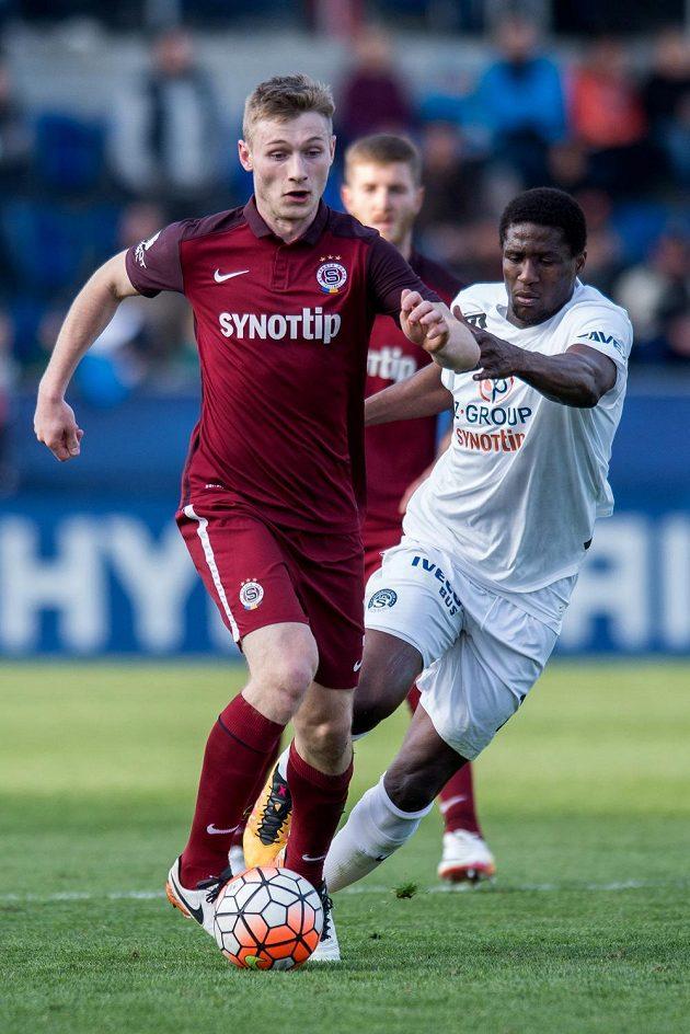 Jakub Brabec ze Sparty a útočník Slovácka Francis Kone během utkání 23. kola Synot ligy.