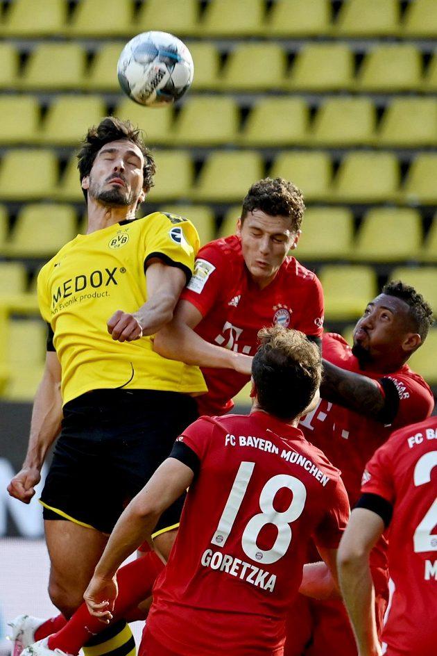 Nejvýše Mats Hummels z Dortmundu a Benjamin Pavard z Bayernu.