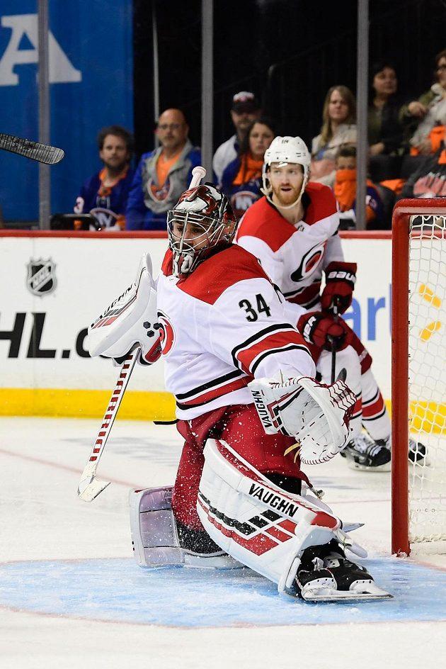 Brankáč Caroliny Petr Mrázek v akci během prvního utkání čtvrtfinále play off hokejové NHL.