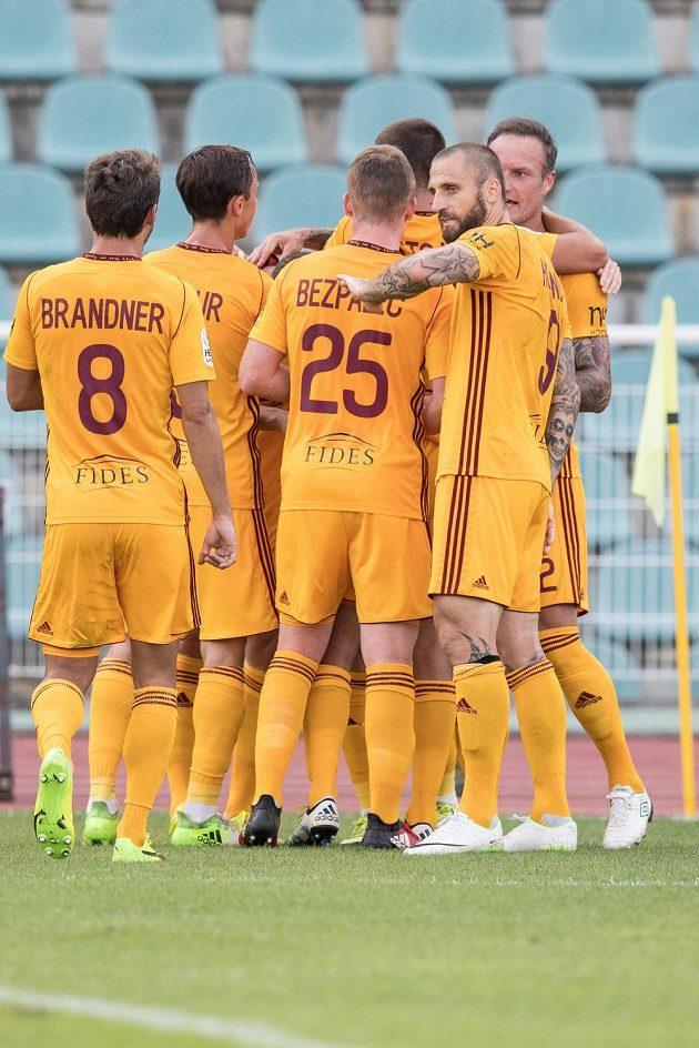 Hráči Dukly oslavují gól na 1:0.