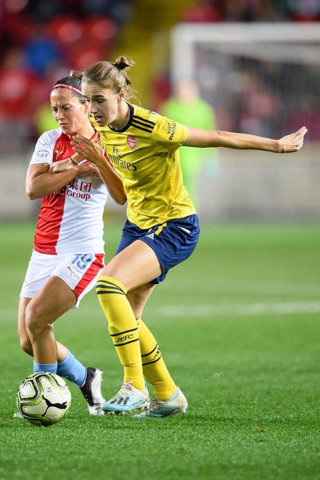 Petra Divišová ze Slavia Praha a Vivianne Miedemaová z Arsenalu během utkání Ligy mistryň.