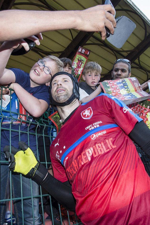 Brankář Petr Čech se fotí s fanoušky na stadiónu v Tours.