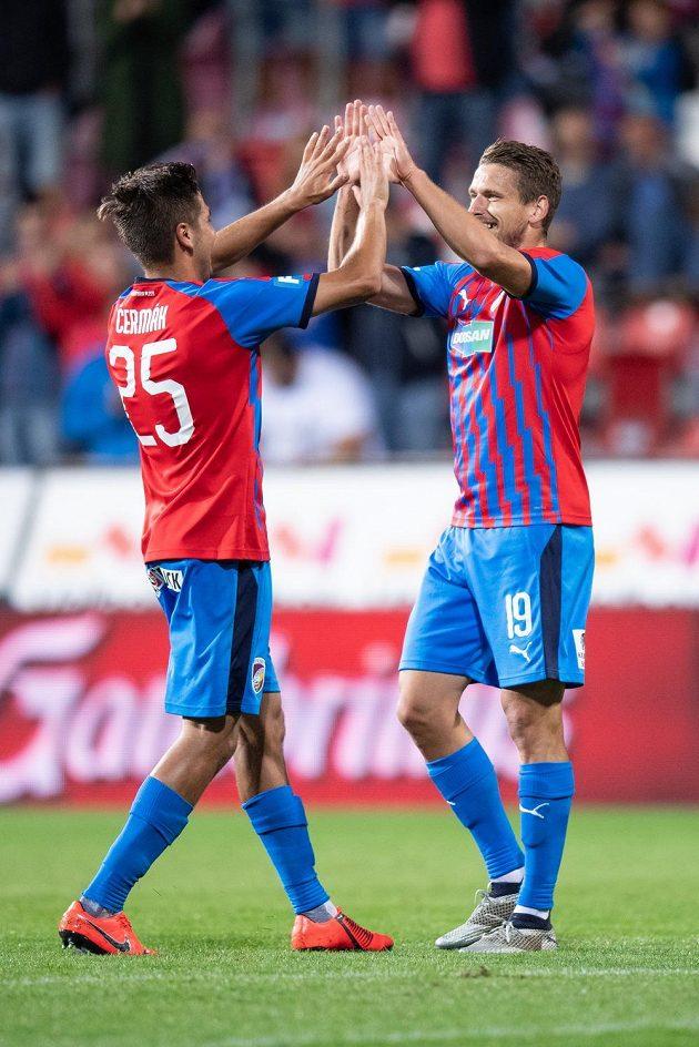 Fotbalisté Plzně Aleš Čermák a Jan Kovařík oslavují gól na 3:1 proti Olomouci.