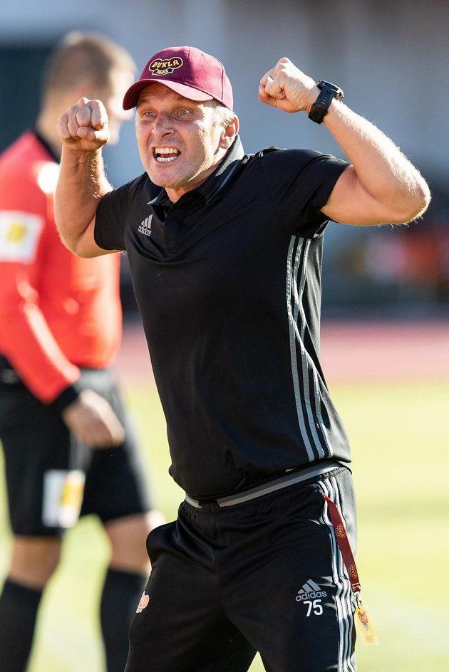 Trenér Dukly Praha Roman Skuhravý oslavuje vítězství nad Libercem.