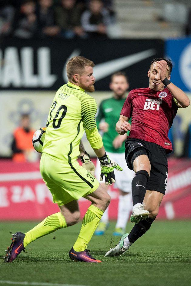 Josef Šural ze Sparty Praha střílí svůj třetí gól během utkání 11.kola HET ligy v Jablonci nad Nisou.