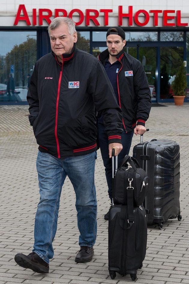 Trenér české hokejové reprezentace Vladimír Vůjtek a útočník Michal Birner před odletem do Moskvy.