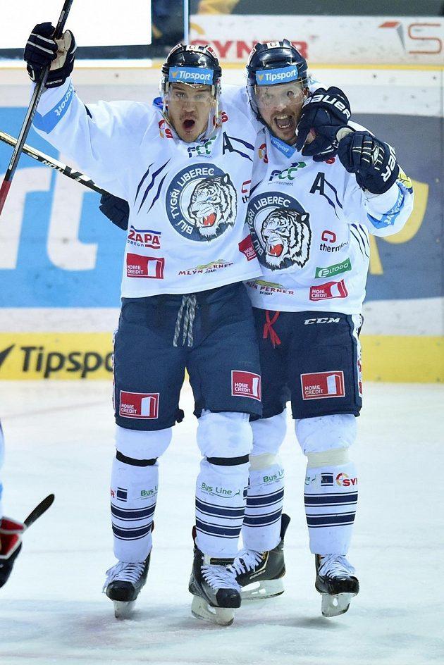 Autor prvního gólu Petr Vampola (vpravo) a Branko Radivojevič z Liberce.