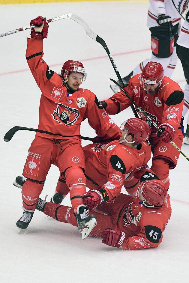 Hokejisté Hradce Králové oslavují gól ve finále Ligy mistrů. Zleva Kevin Klíma, Petr Koukal, Matěj Chalupa a Filip Pavlík (leží).