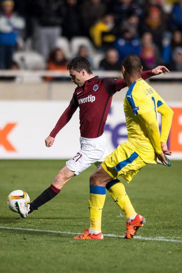 Útočník David Lafata takhle zvyšoval na 3:1 pro Spartu během utkání Evropské ligy na hřišti APOELu Nikósie.