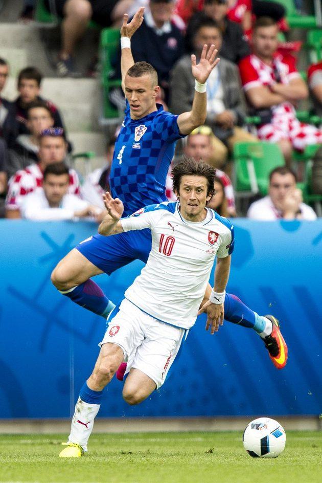 Tomáš Rosický a Chorvat Ivan Perišić.