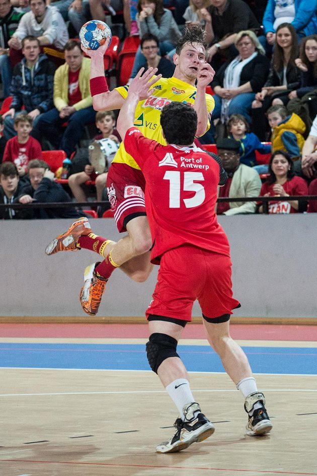 Milan Kotrč z Dukly Praha (ve žlutém dresu) a Quinten Colman z Antverp.