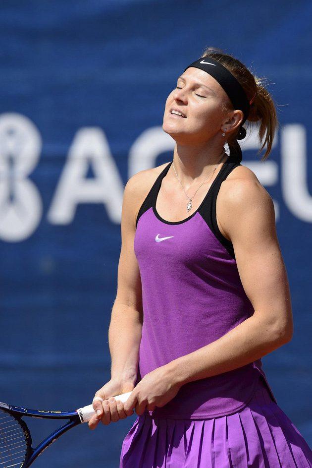 Zklamaná česká tenistka Lucie Šafářová po nevydařeném úderu během finále na turnaji v Praze.