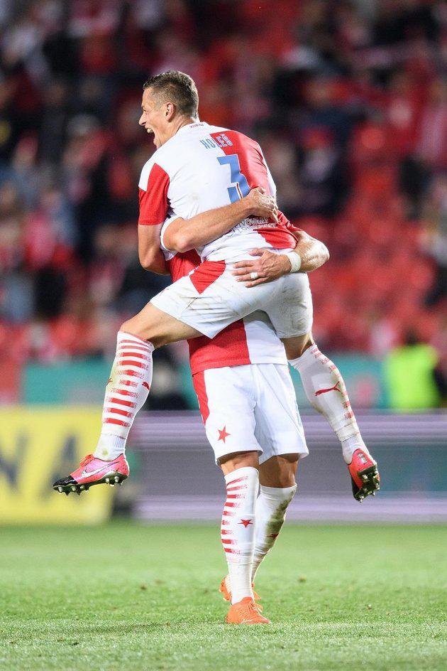 Fotbalisté Slavie Praha Ondřej Kúdela a Tomáš Holeš oslavují gól.