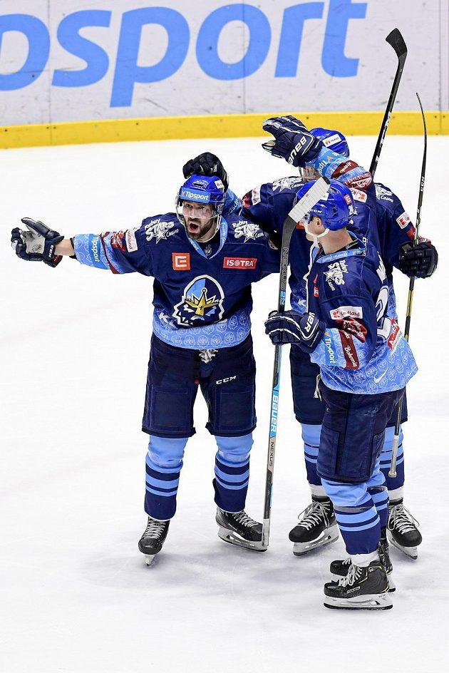 Antonín Melka (vlevo) z Kladna oslavuje se spoluhráči gól proti PArdubicím
