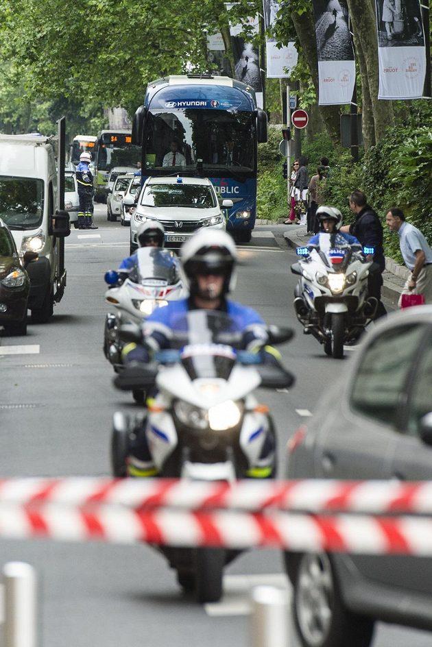 Autobus s českou fotbalovou reprezentací přijíždí v doprovodu policie k radnici v Tours.