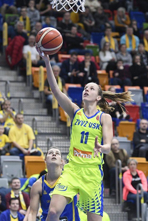 Basketbalistka Kateřina Elhotová z USK Praha v akci.