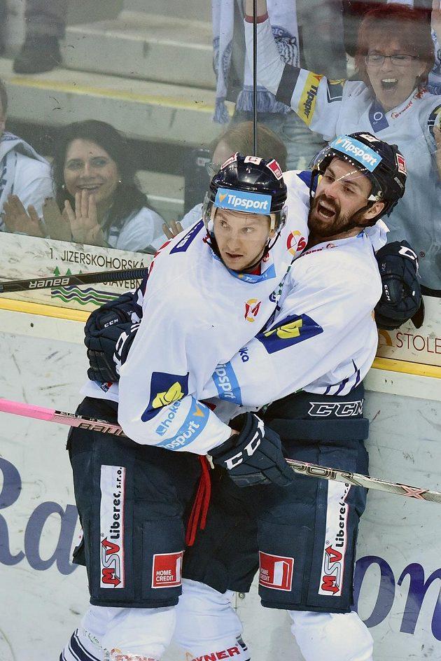 Autor druhého gólu Michal Řepík (vpravo) a Michal Bulíř z Liberce.