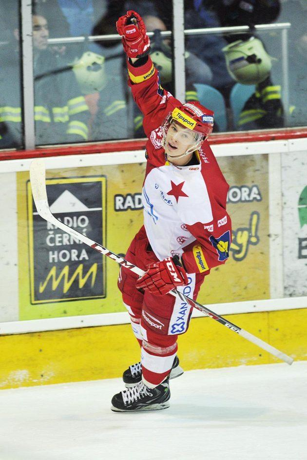 Útočník Slavie Pavel Klhůfek se raduje z gólu na ledě Mountfieldu.
