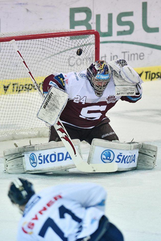 Takhle vstřelil Jakub Valský z Liberce první gól za záda brankáře Sparty Tomáše Pöpperleho.