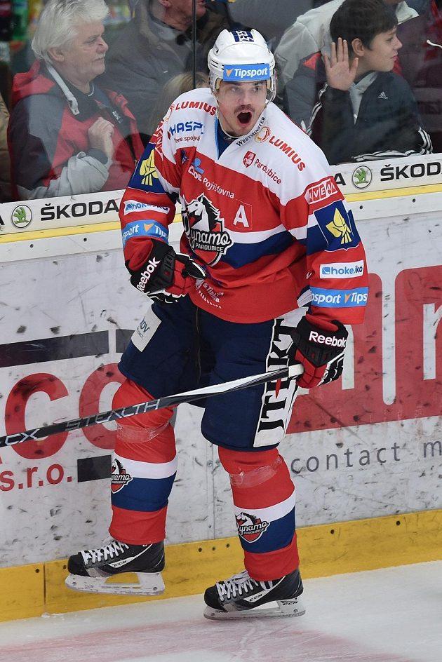 Útočník Pardubic Petr Sýkora se raduje z gólu.