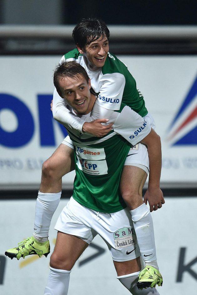 Autor druhého jabloneckého gólu Luděk Pernica a Ruslan Mingazov (na zádech spoluhráče) se radují v utkání s Olomoucí.