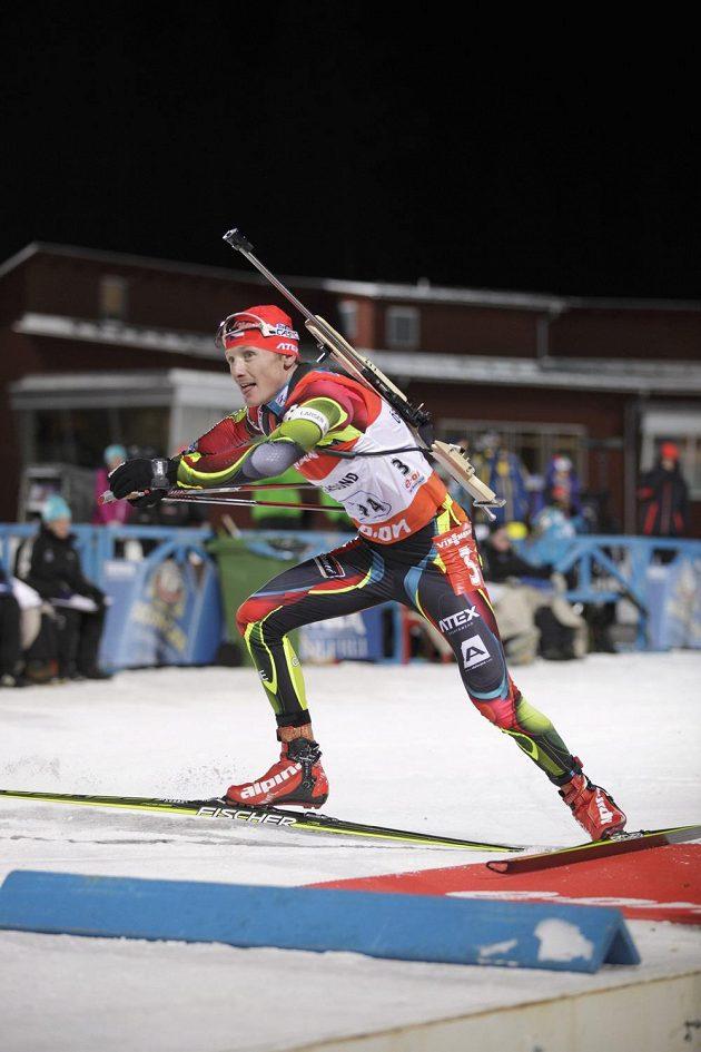 Ondřej Moravec sprintuje ze střelnice, aby dovezl českou štafetu v Östersundu na prvním místě.
