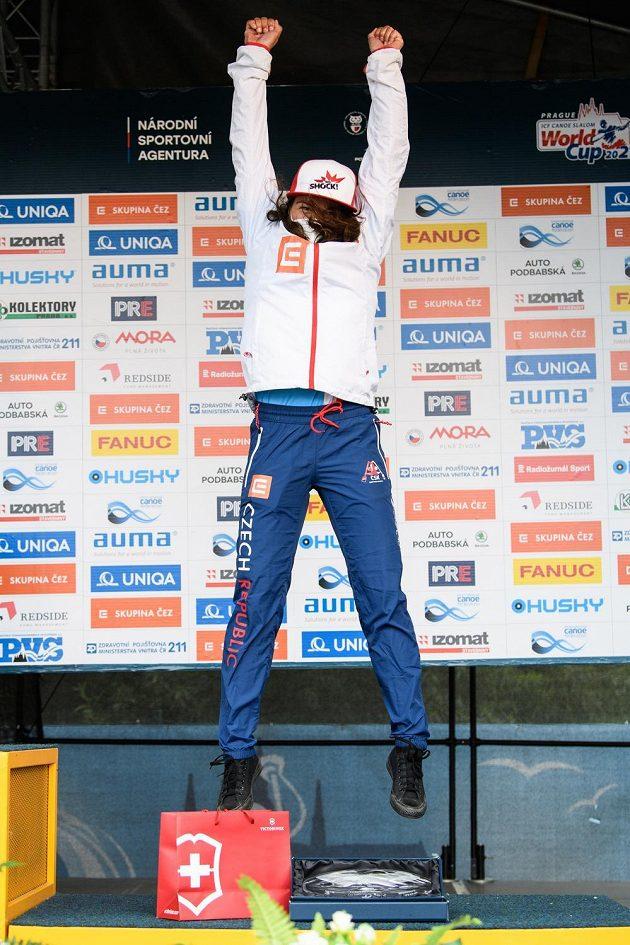 Tereza Fišerová na stupních vítězů během Světového poháru ve vodním slalomu, dne 13. června 2021 v Praze.