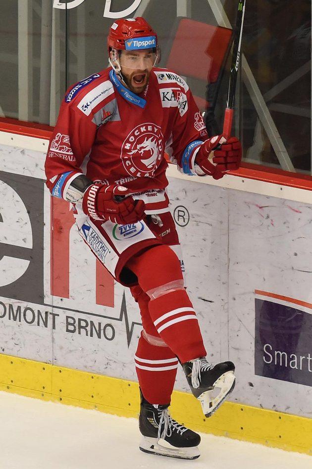 Tomáš Marcinko z Třince se raduje z gólu v extraligovém duelu s Jihlavou.