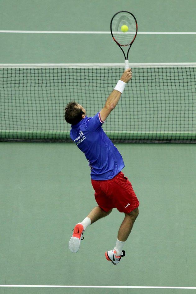 Český tenista Radek Štěpánek se natahuje po míči.