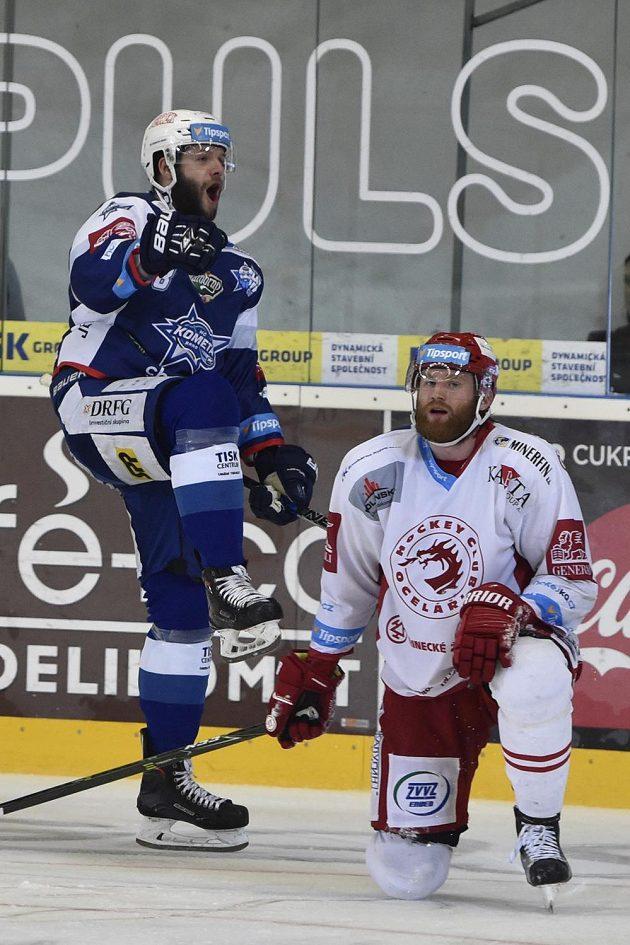 Tomáš Vincour z Brna právě dal rozhodující gól třetího finále. Vpravo je David Musil z Třince.