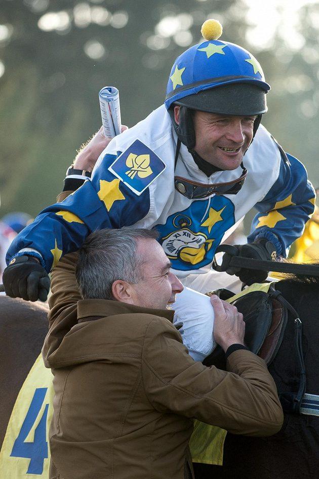 Vítěz 125. Velké pardubické žokej Marek Stromský a majitel koně Petr Kupka.