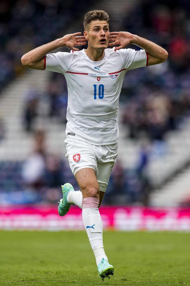 2:0! Patrik Schick oslavuje svůj gól z půlky hřiště...