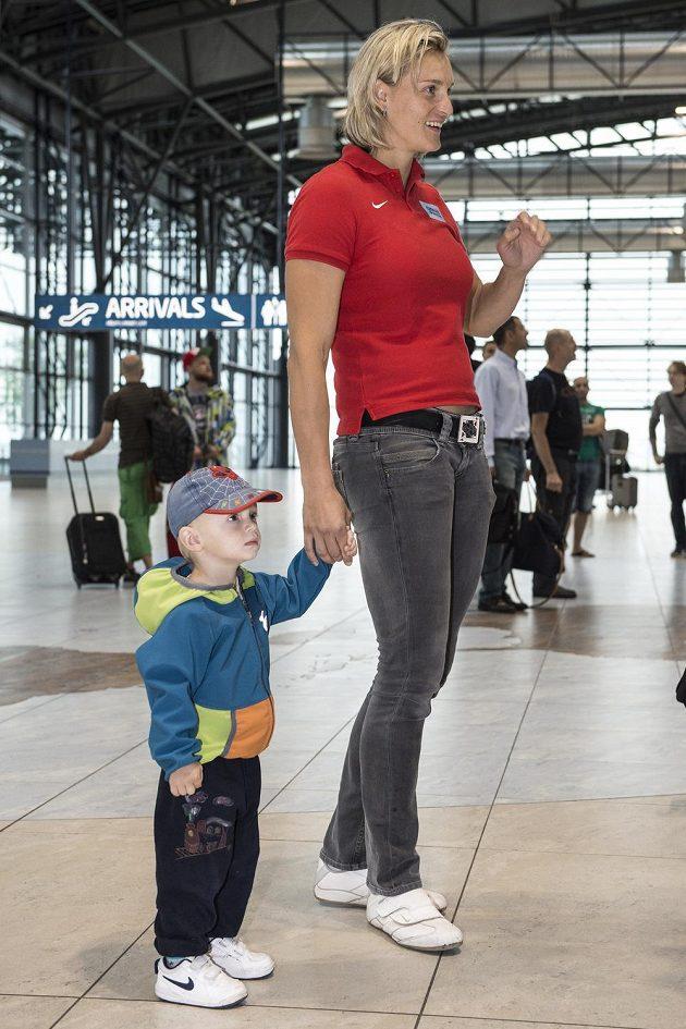 Barbora Špotáková vzala na letiště i svého syna Janka.