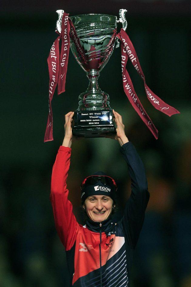 Martina Sáblíková se raduje s pohárem pro vítězku SP rychlobruslařek na dlouhých tratích.
