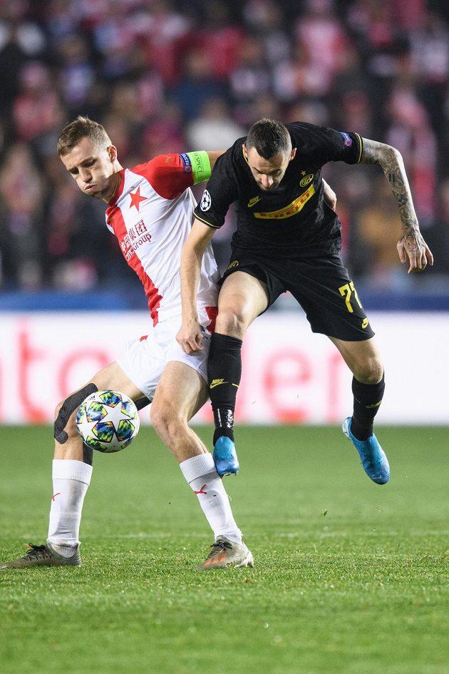 Tomáš Souček ze Slavie Praha a Marcelo Brozovič z Interu Milán během utkání základní skupiny Ligy mistrů.