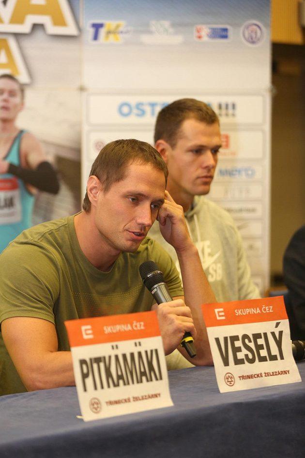 Čeští oštěpaři Vítězslav Veselý a Petr Frydrych na tiskové konferenci před atletickým mítinkem Zlatá tretra.