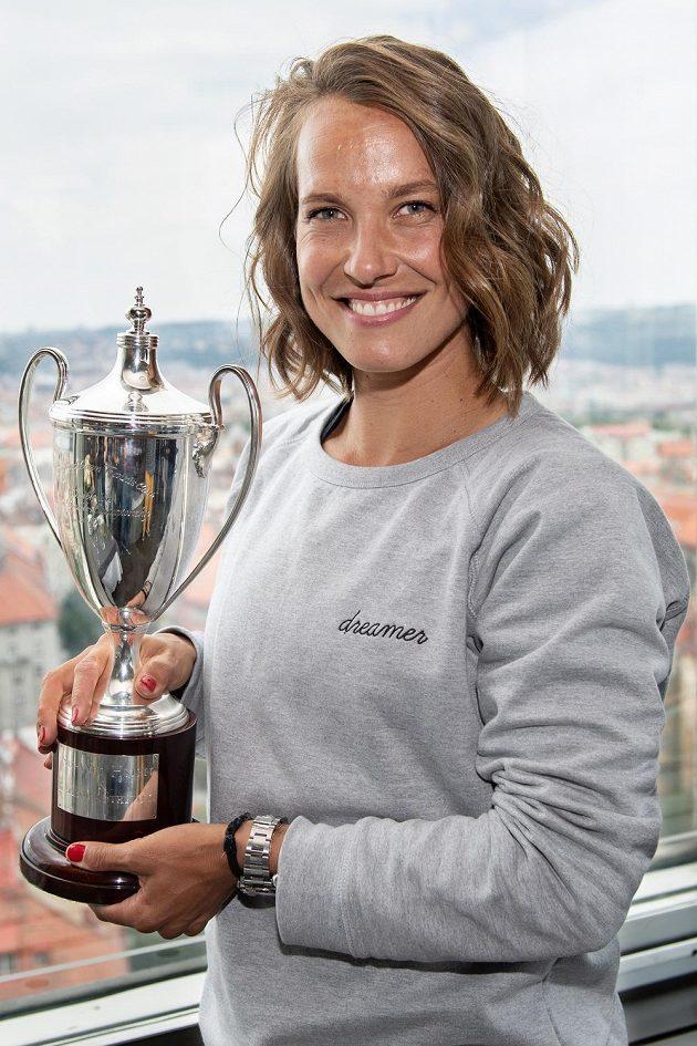 Tenistka Barbora Strýcová s trofejí za vítězství ve čtyřhře ve Wimbledonu na Žižkovské věži v Praze.