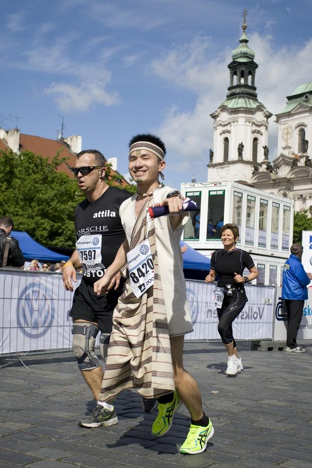 Běhání v převlecích není populární jen v Londýně. I Praha má své netradiční běžce. Pohled do jiných krajů.