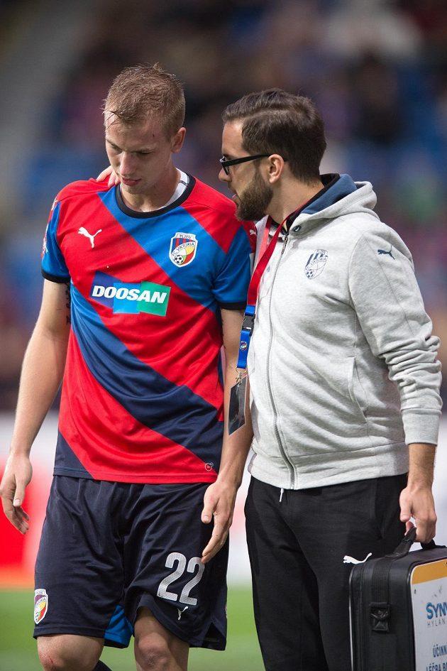 Otřesený plzeňský obránce Jan Baránek během zápasu s Libercem.