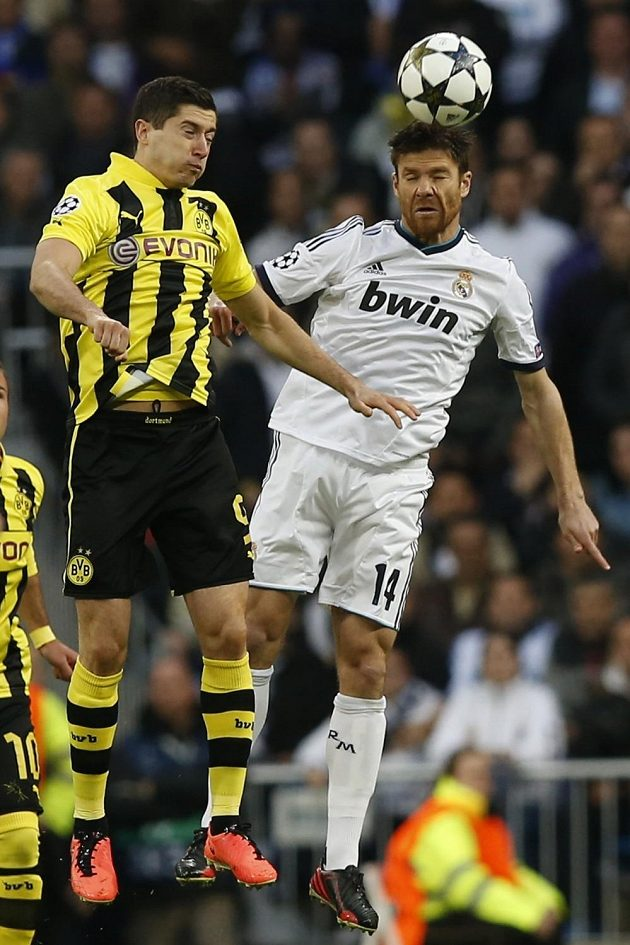 Xabi Alonso (vpravo) z Realu Madrid a Robert Lewandowski, kanonýr Borussie Dortmund, v odvetě semifinále Ligy mistrů.