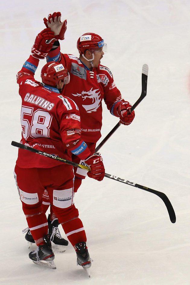 Třinecká euforie. Zleva Guntis Galvinš a Aron Chmielewski se radují z gólu.