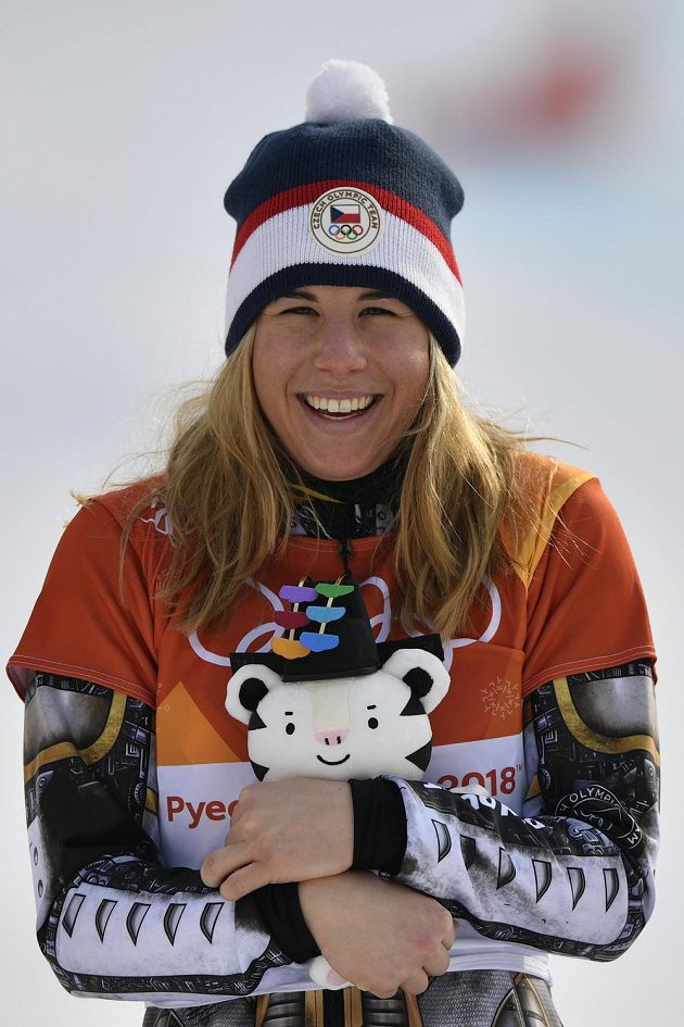 Česká reprezentantka Ester Ledecká se raduje ze zisku zlaté medaile.