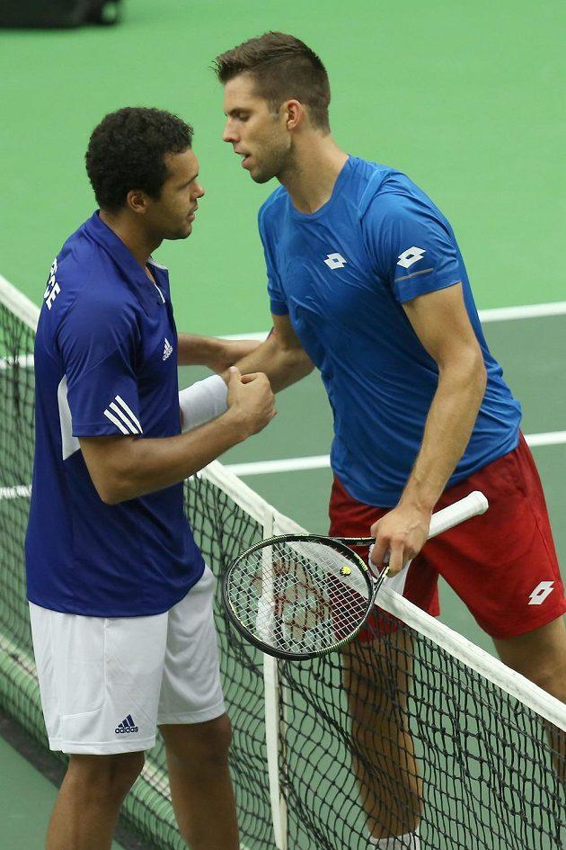 Český tenista Jiří Veselý (vpravo) si po skončení zápasu podává ruku s Francouzem Jo-Wilfriedem Tsongou.