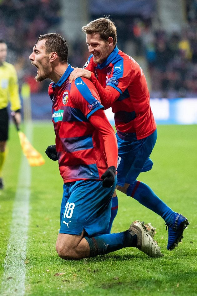 Tomáš Chorý (vlevo) a Patrik Hrošovský z Viktorie Plzeň oslavují vítězný gól proti AS Řím v Lize mistrů.