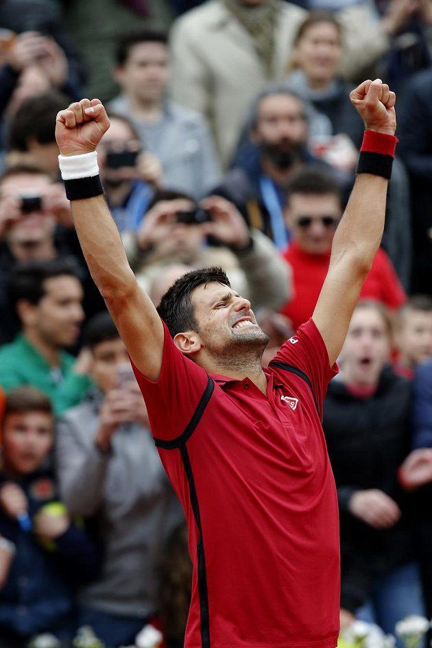 Srbský tenista Novak Djokovič slaví postup do finále French Open.